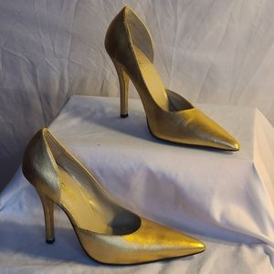Metallic gold pumps pointed toe